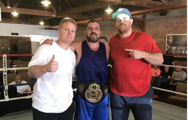 Aos 44 anos, Jair Lourenço conquista cinturão em sua estreia no Boxe, nos EUA